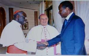 Cardinal Robert Sarah saluant Blaise Compaoré