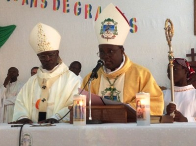 Mgr Séraphin à gauche et Mgr Laurent évêque de Dori à droite.