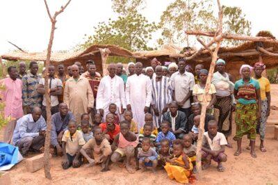 Mgr. et la communauté de Roumba