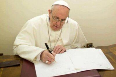 Le Pape François signe une lettre apostolique à la fin du jubilé de la miséricorde