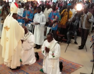 Imposition des mains par Mgr Thomas KABORE