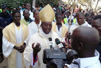 Mgr Paul à la fin de la Messe à Dingasso