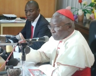 Le cardinal présentant le livre aux journalistes