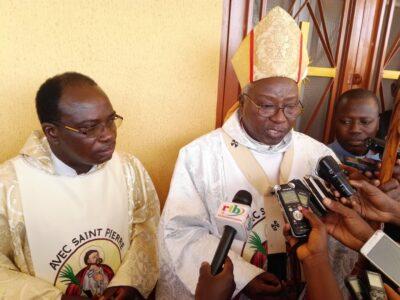 Le cardinal Philippe Ouedraogo et le curé de Gounghin