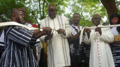 coupure du ruban par le président de l'assemblée <nationale burkinabè