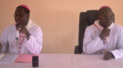 DE dr à g Mgr Laurent DABIRE de Dori et Mgr Prosper Kontiébo de Tenkodogo.JPG