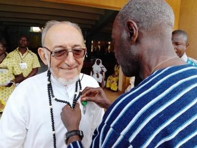 Le père Clochard décoré par le Grand Chancelier des Ordres Burkinabé