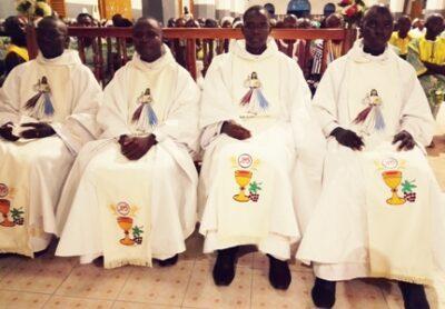 vue partielle des nouveaux prêtres