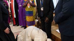 A genoux pour la paix, le geste saisissant du pape aux pieds des leaders du Soudan du Sud
