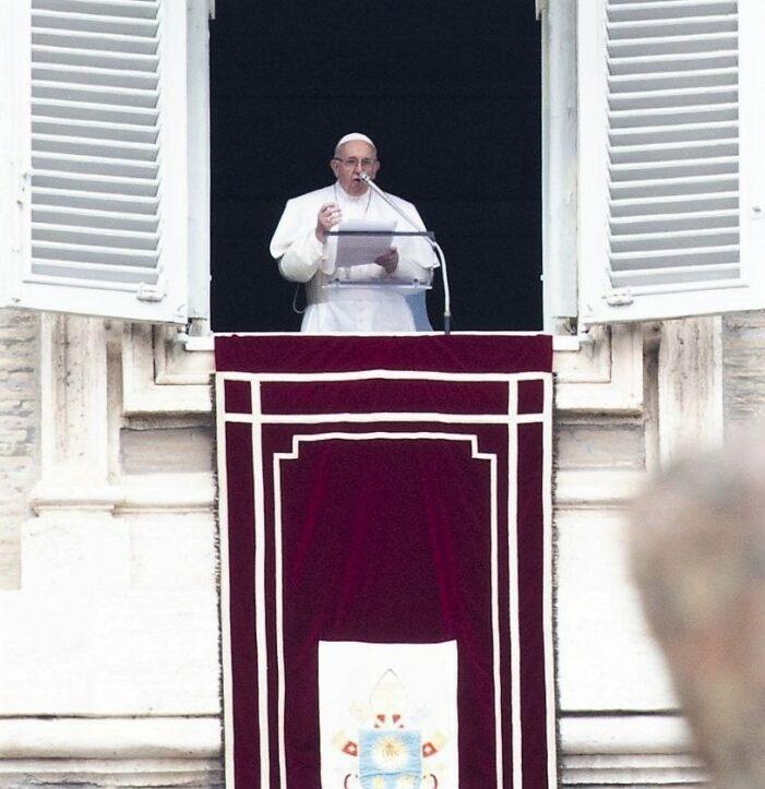 Angelus: s'efforcer de vivre en cohérence avec les promesses du baptême